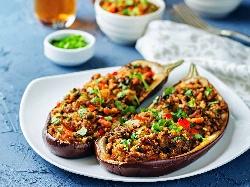 Пълнени патладжани (патладжанени лодки) с телешка кайма, киноа, чушка, домат и сирене пармезан на фурна - снимка на рецептата